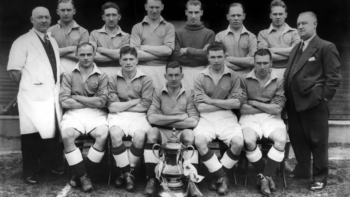 Pompey squad pose with the FA Cup in 1939